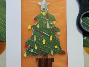 Biglietto finestrato con albero di Natale