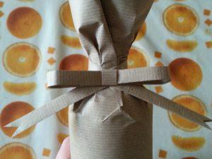 Impacchettamento bottiglia con carta da pacchi