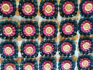 Copertina gialla, rosa e verde a uncinetto, forcella e telaietto per fiori (flower loom)